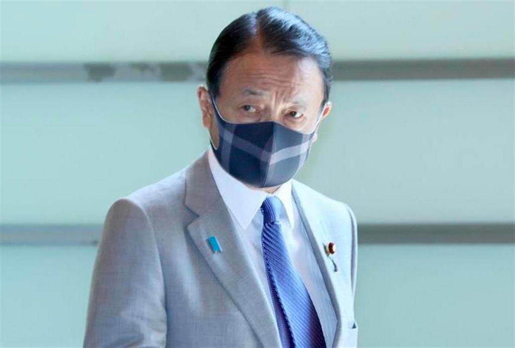 麻生太郎大臣のチェック柄のオシャレなマスク画像