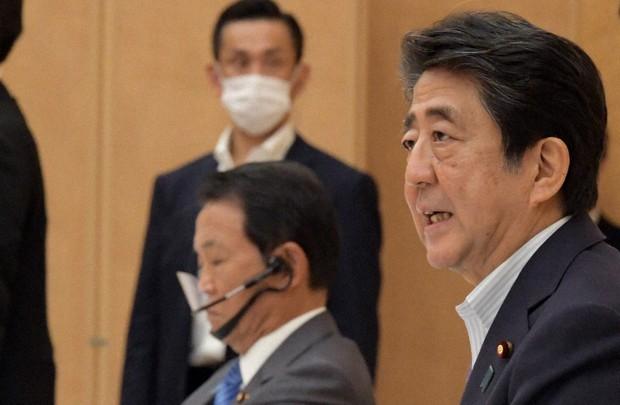 麻生太郎副総理のマウスシールドのかけ方がおかしい